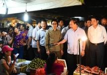 pm nguyen xuan phuc to inspect long bien market from daybreak