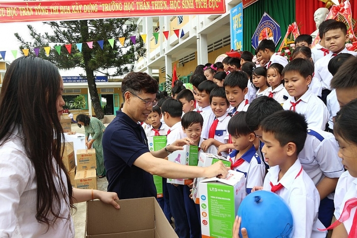 KFH brings schooling opportunities to 600 needy students in Quang Nam province