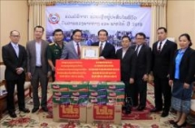 vietnamese community in laos donate over 25000 usd for flood victims