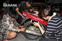 kind hearted young men offer free motorbike repair at all odd hours