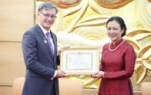 outgoing lao ambassador awarded with vufos friendship medal
