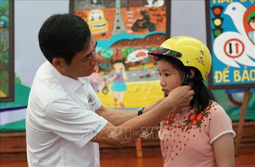 Over 1,300 primary students in Gia Lai received helmets