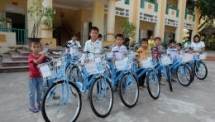 over 90 bikes donated to poor students in hoa binh