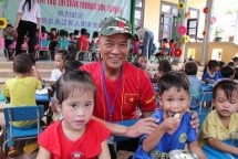 taiwanese man spreads love to poor children in vietnam