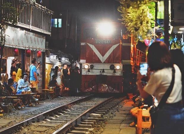 Hanoi to shut down café shops along railway tracks