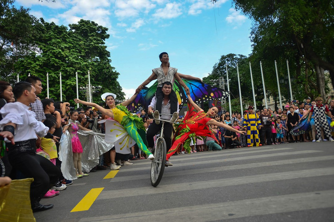 over 200 circus artists to perform at hoan kiem pedestrian street zone this saturday