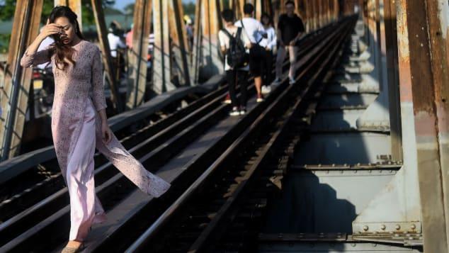 CNN: Hanoi's Long Bien bridge replaces train street as selfie hotspot