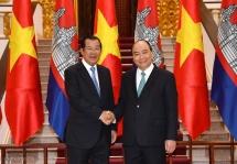 pm nguyen xuan phuc welcomes cambodian counterpart hun sen in hanoi